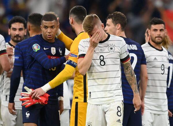 El mejor jugador del encuentro fue el centrocampista francés Paul Pogba. En la foto: los jugadores de las selecciones de Alemania y Francia tras el final del partido. - Sputnik Mundo