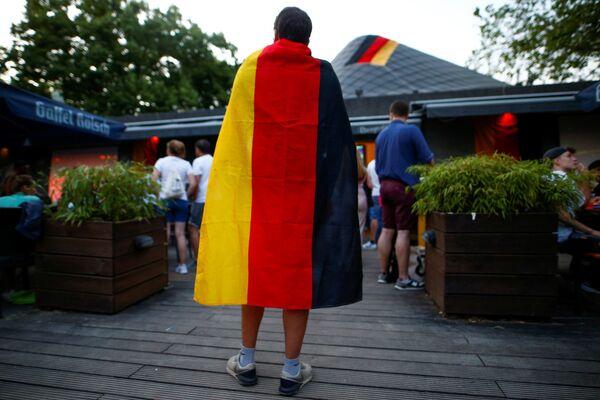 La selección francesa obtuvo 3 puntos y ocupó el segundo lugar en la clasificación del Grupo F. Alemania, con cero puntos, está en el tercer lugar. Los rivales de la fase de grupo son las selecciones de Portugal con 3 puntos y Hungría con zero. En la foto: un aficionado alemán observa el partido de la fase de grupos de la Eurocopa 2020 entre las selecciones de Alemania y Francia en la zona de aficionados en la ciudad alemana de Colonia. - Sputnik Mundo