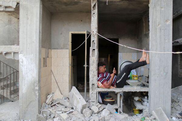 Según  los datos previos, los daños directos e indirectos para la parte palestina son de, como mínimo, 244 millones de dólares. Se trata de un cálculo provisional, los daños reales pueden ser mucho mayores.En la foto: un palestino en un edificio destruido en la  Franja de Gaza. - Sputnik Mundo