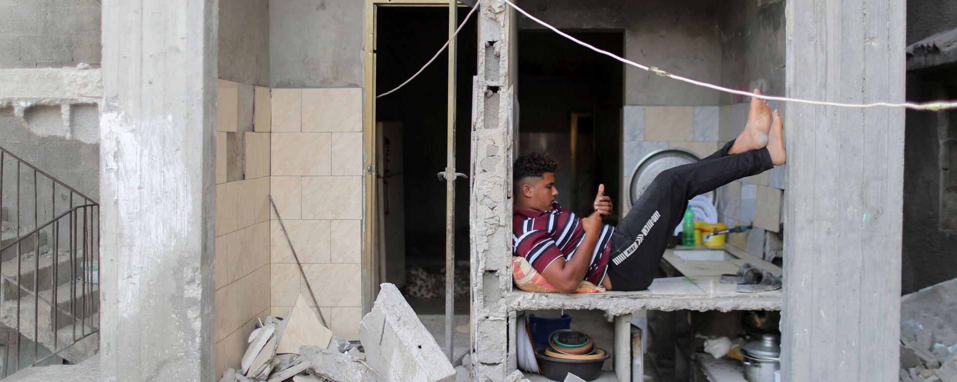 Палестинец в разрушенном здании в Газе - Sputnik Mundo, 1920, 16.06.2021