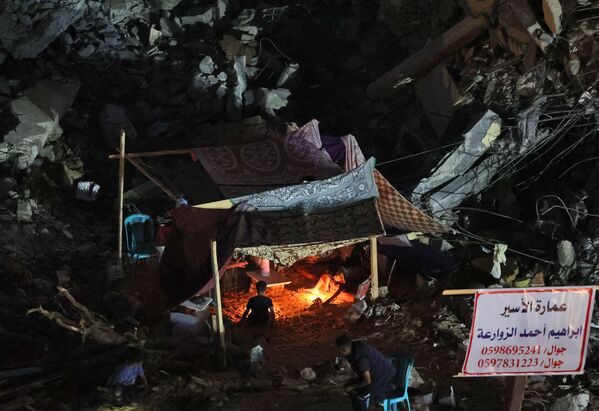 Tras  el anuncio del alto el fuego, miles de palestinos regresaron a sus hogares. Muchos de ellos se vieron obligados a buscar otro refugio, ya que sus viviendas fueron destruidas. Algunas familias intentan reconstruir sus casas y se alojan en tiendas al lado de  las ruinas. - Sputnik Mundo