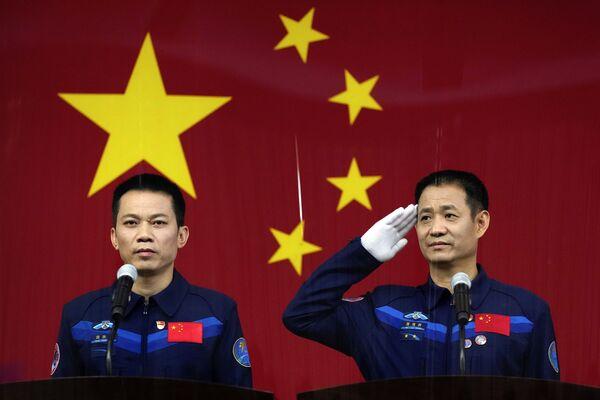 China tiene previsto enviar a tres taikonautas a la órbita para tomen parte en la construcción de la futura estación espacial china. Nie Haisheng (derecha), Liu Boming y Tang Hongbo (izquierda) han sido seleccionados para la misión. Antes del vuelo, celebraron una conferencia de prensa en el Jiuquan Satellite Launch Center. - Sputnik Mundo