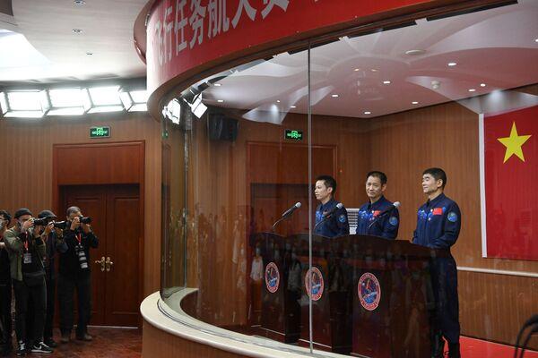 La tarea más importante de la misión es dar servicio y probar la nueva estación espacial que se está construyendo en la órbita terrestre. En la foto, los taikonautas Nie Haisheng (centro), Liu Boming (derecha) y Tang Hongbo durante una rueda de prensa. - Sputnik Mundo