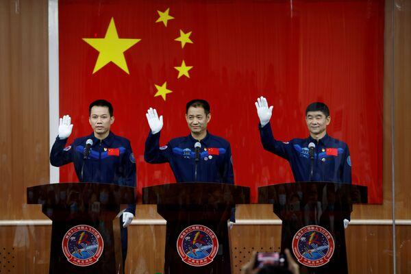 China envió por primera vez a un hombre al espacio en octubre de 2003, Yang Liwei. Recibió el título de 'taikonauta heroico' ese mismo año. En la foto: los taikonautas Nie Haisheng, Liu Boming y Tang Hongbo durante la rueda de prensa. - Sputnik Mundo