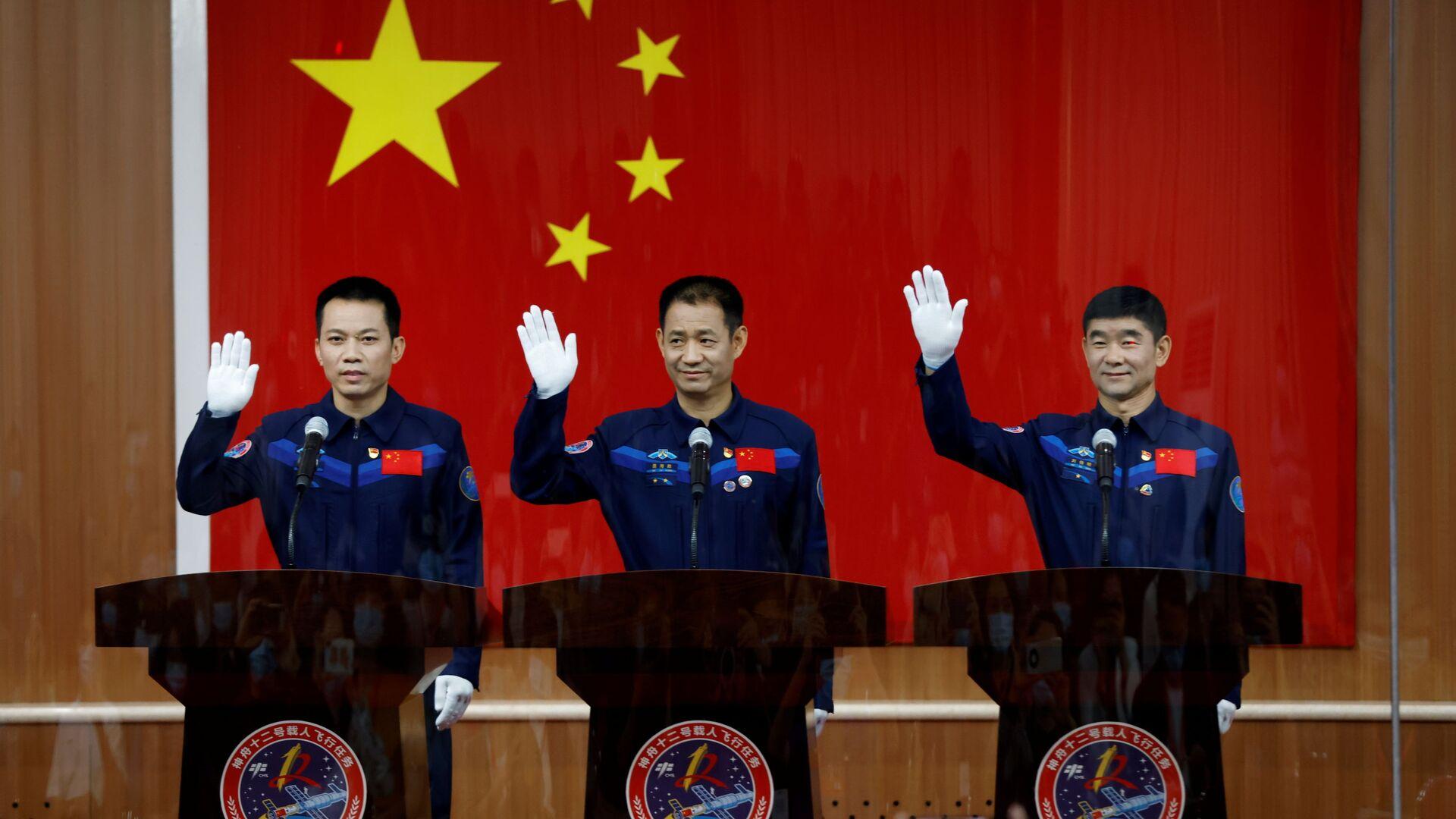 Китайские астронавты на пресс-конференции до полета в космос  - Sputnik Mundo, 1920, 26.07.2021