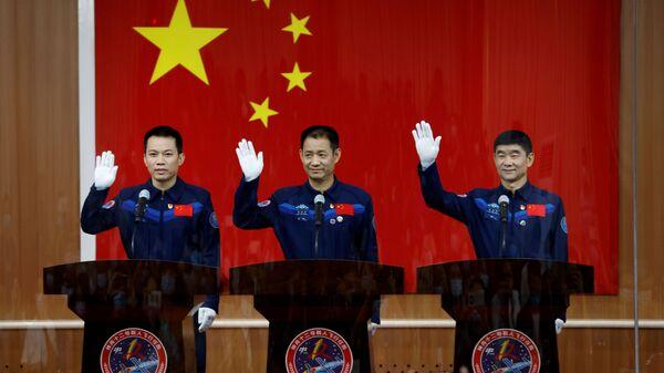 Китайские астронавты на пресс-конференции до полета в космос  - Sputnik Mundo