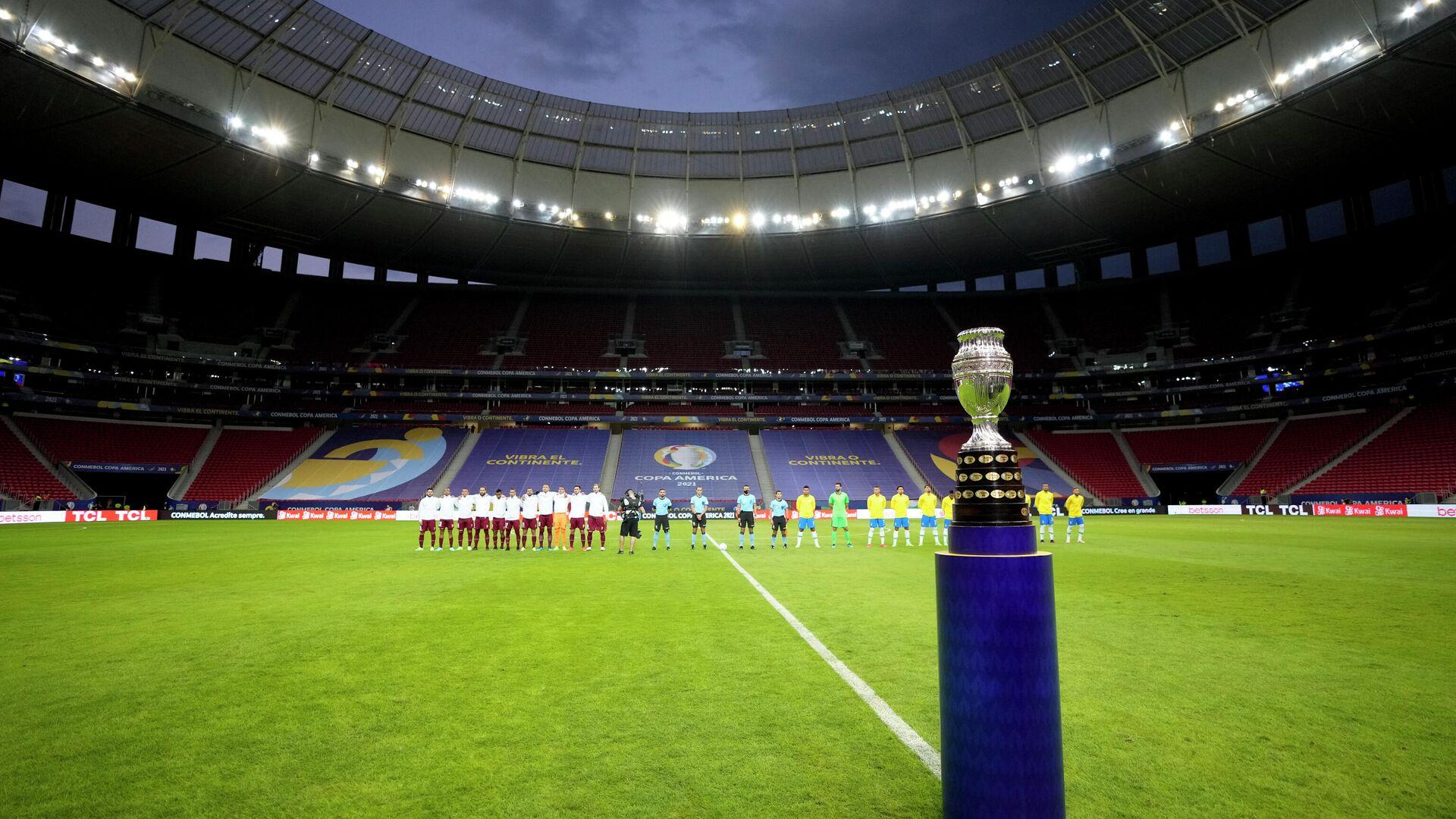 El trofeo de la Copa América antes del partido inaugural entre Brasil y Venezuela - Sputnik Mundo, 1920, 16.06.2021