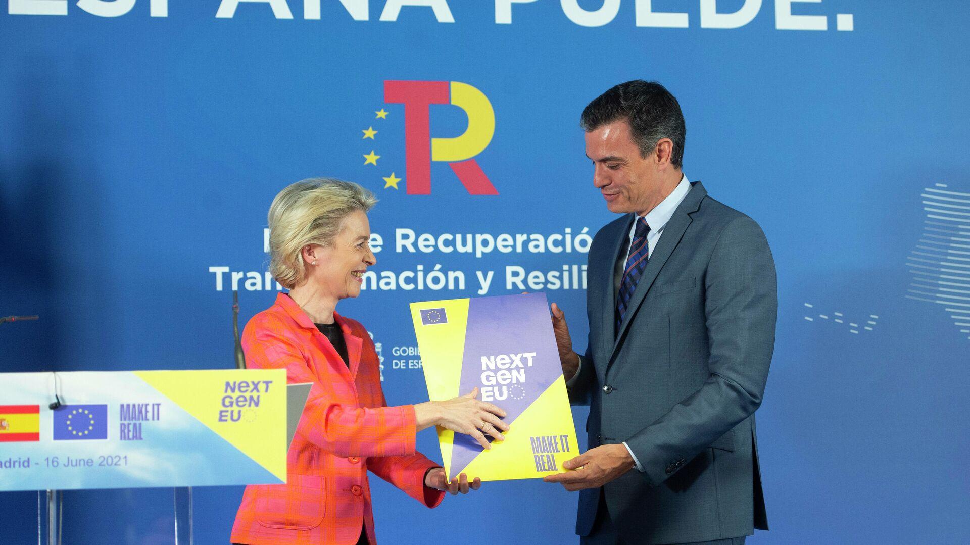 La presidenta de la Comisión Europea, Ursula von der Leyen y el presidente del Gobierno de España, Pedro Sánchez, junto al Plan de Recuperación, Transformación y Resiliencia español - Sputnik Mundo, 1920, 16.06.2021