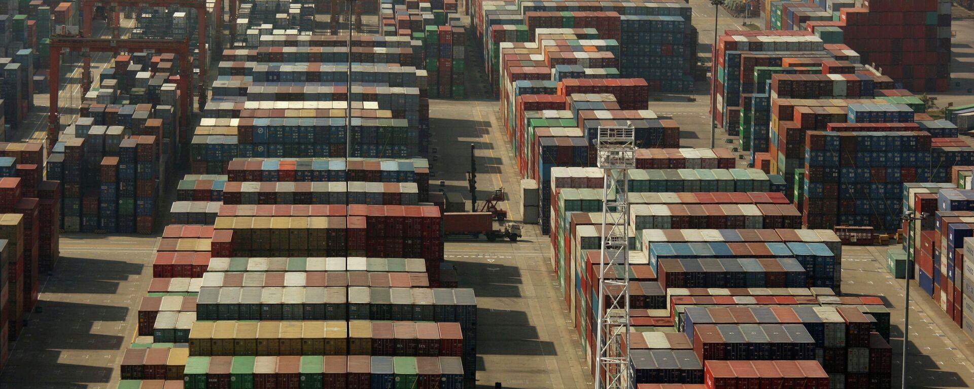 Los contenedores en la Terminal Internacional de Contenedores de Yantian en la ciudad de Shenzhen, en el sur de China - Sputnik Mundo, 1920, 16.06.2021