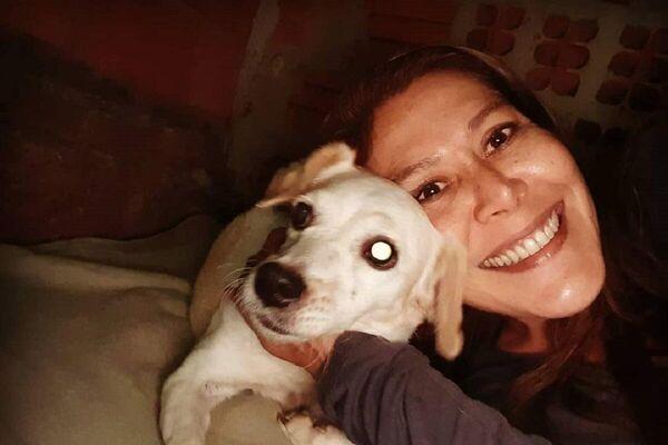 Hachiko junto a Edith Ortiz, fundadora de la ONG Pako Rescate Paraguay - Sputnik Mundo