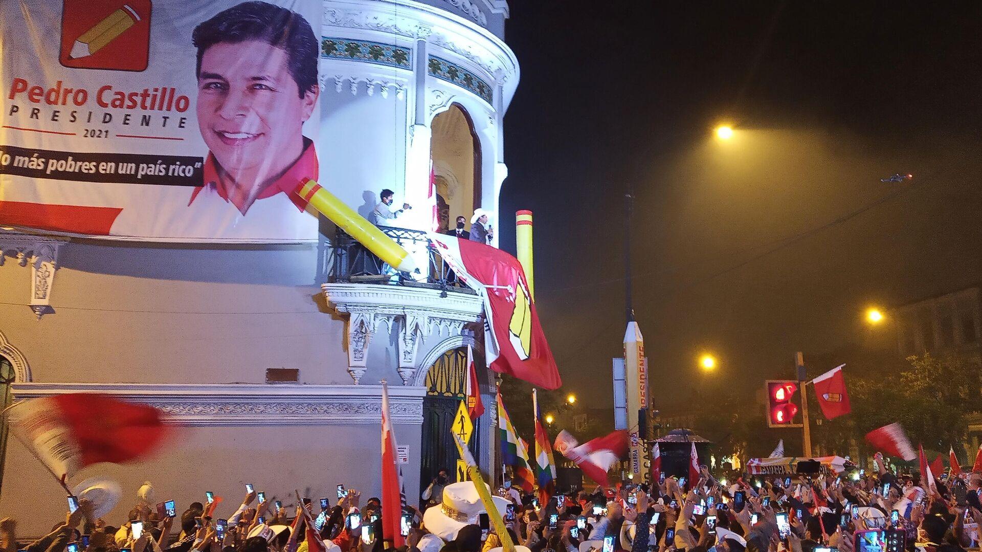 Pedro Castillo ante sus seguidores en Lima la noche del martes 15 de junio - Sputnik Mundo, 1920, 19.07.2021