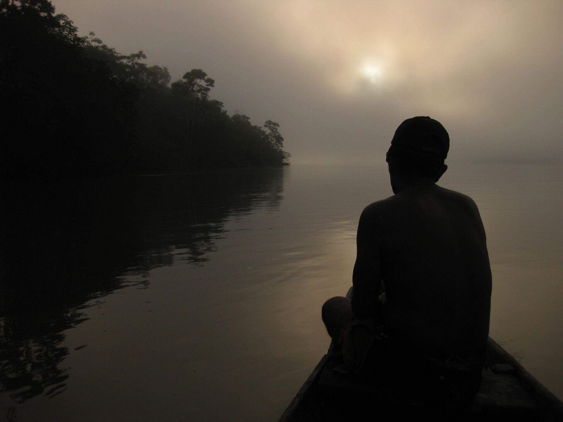 Indígena Macuna en su canoa, río Apaporis, Amazonia colombiana - Sputnik Mundo, 1920, 17.06.2021