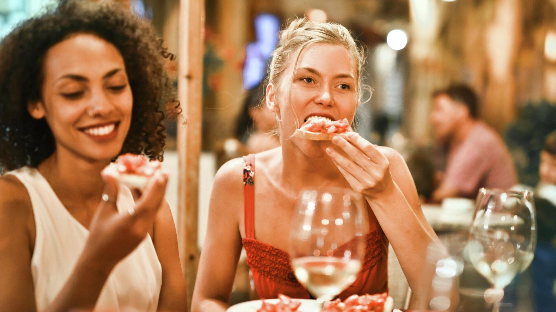 Unas jóvenes en un restaurante - Sputnik Mundo, 1920, 17.06.2021