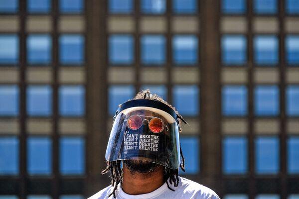 Los  temas de las obras son los principales eventos del año pasado, incluidas las protestas de mayo en la ciudad estadounidense de Minneapolis, la plaga de langostas en África y Asia y la pandemia de COVID-19. En la foto, la obra 'Black Lives Matter' del fotógrafo  canadiense Omid Vahabzade. - Sputnik Mundo