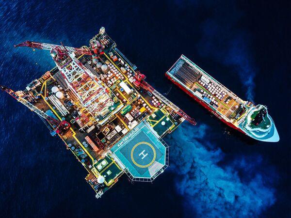 'Trabajadores  chinos de la perforación de pozos en el Mar de China Meridional', Xiaoxu Pu, China. - Sputnik Mundo