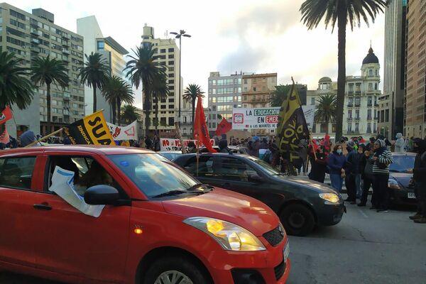 Sindicatos nucleados en la Plaza Independencia durante el paro general de junio de 2021 en Uruguay - Sputnik Mundo
