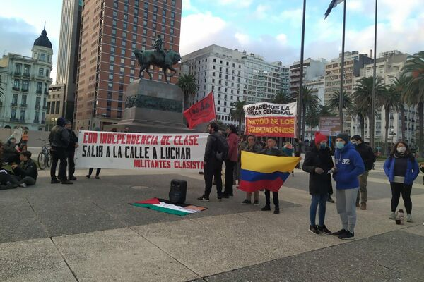 Manifestantes en la Plaza Independencia de Montevideo, Uruguay, durante el paro general de junio de 2021 - Sputnik Mundo