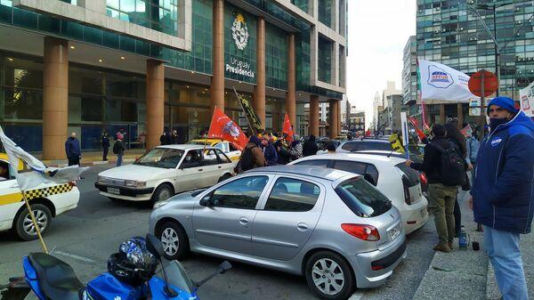 Sindicatos concentrados frente a la Torre Ejecutiva, sede del Gobierno de Uruguay, durante el paro general de junio de 2021 - Sputnik Mundo