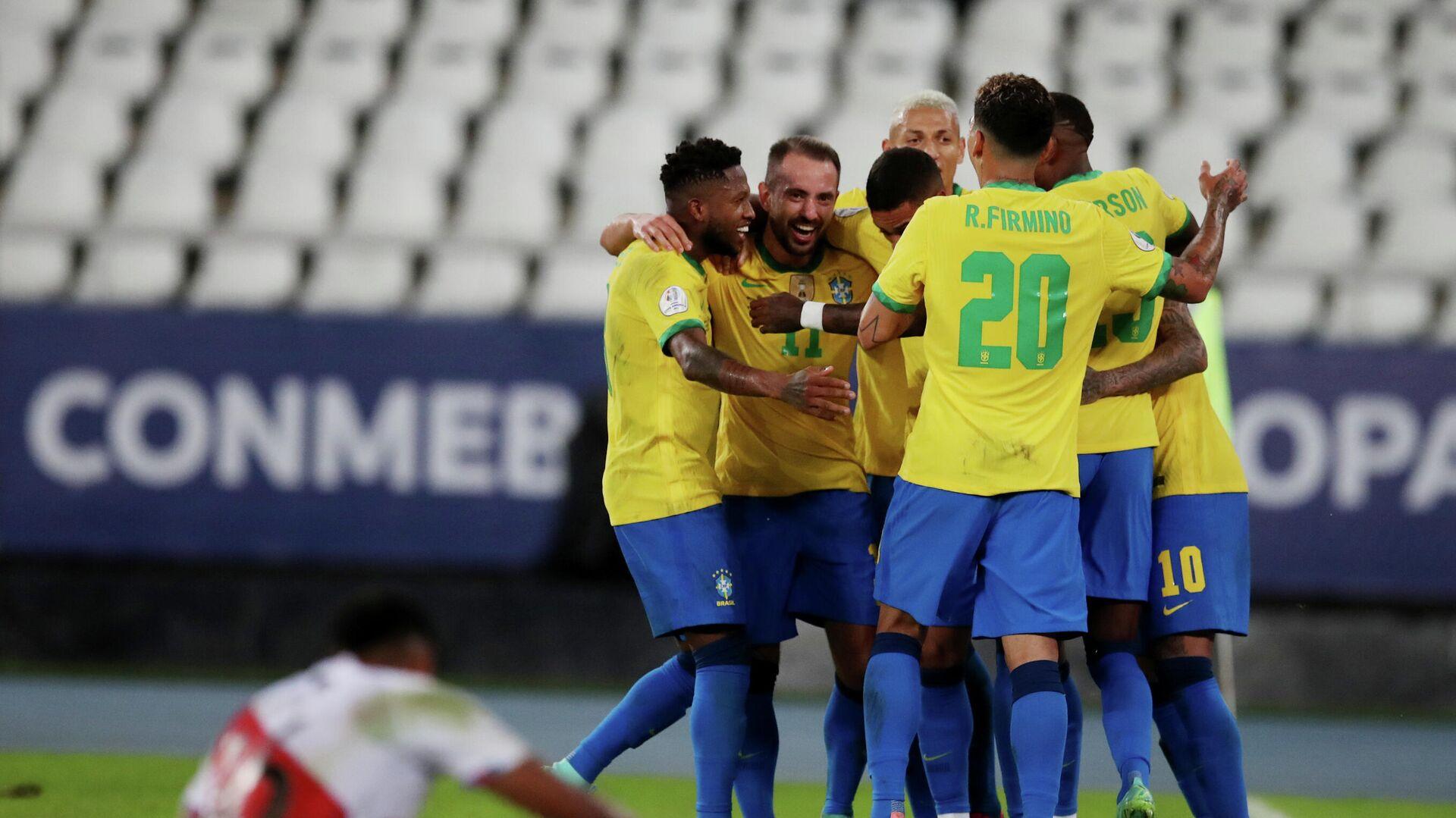 La selección de Brasil celebra su victoria ante Perú durante la Copa América 2021 en Río de Janeiro (Brasil), el 17 de junio del 2021 - Sputnik Mundo, 1920, 18.06.2021
