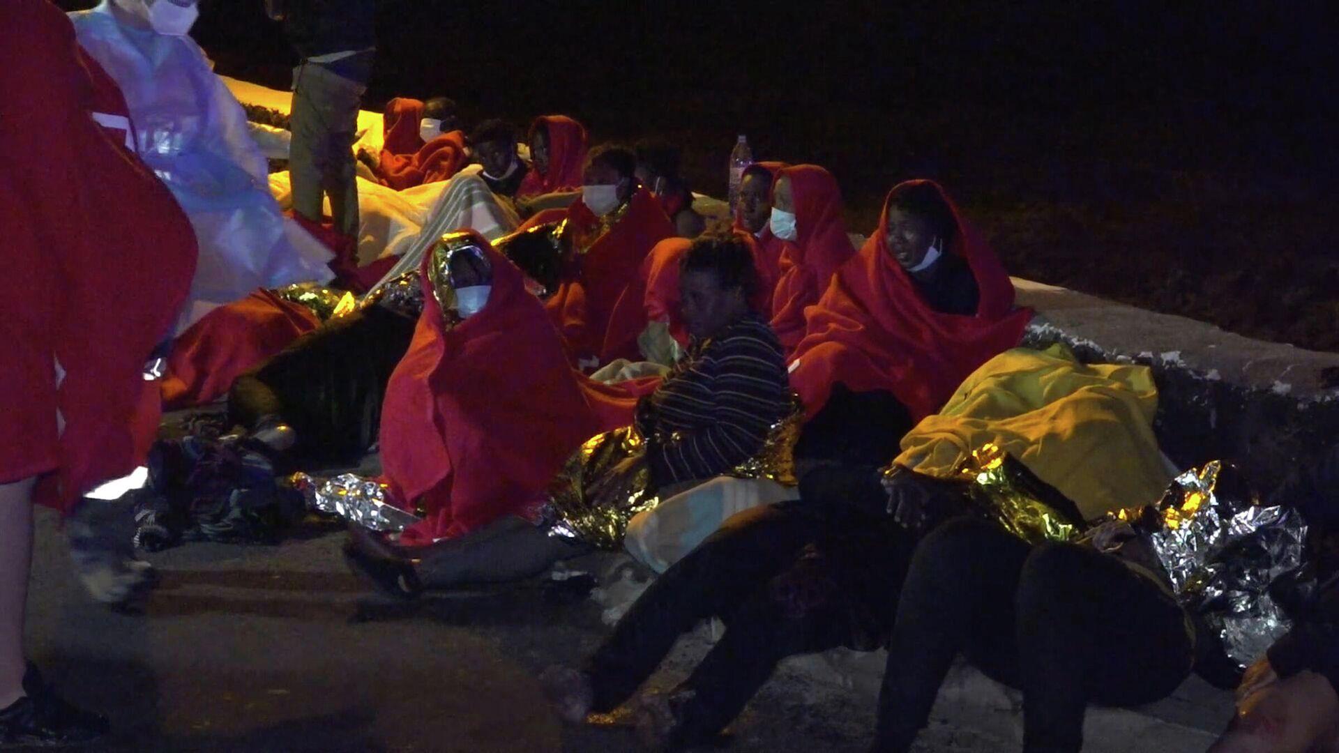 Migrantes rescatados de madrugada tras encallar su embarcación en Orzola, Lanzarote - Sputnik Mundo, 1920, 18.06.2021