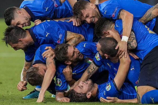 Así celebraron los jugadores de la selección italiana el segundo gol contra Suiza en el partido de la fase de grupos de la Eurocopa 2020 en el Estadio Olímpico de Roma, Italia. - Sputnik Mundo