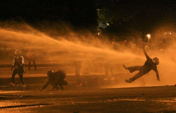 Un cuadro de la represión policial durante las protestas antigubernamentales en Bogotá, Colombia.  - Sputnik Mundo
