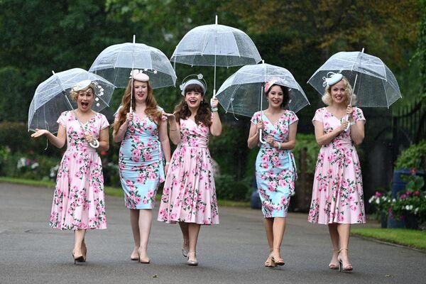 Miembros de la banda de jazz Tootsie Rollers llegan a las carreras de Royal Ascot, en Ascot, Reino Unido. - Sputnik Mundo