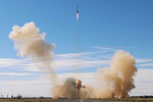 El cohete Long March-2F Y12 con la nave espacial tripulada Shenzhou-12 despegó del puerto espacial de Jiuquan (China). - Sputnik Mundo