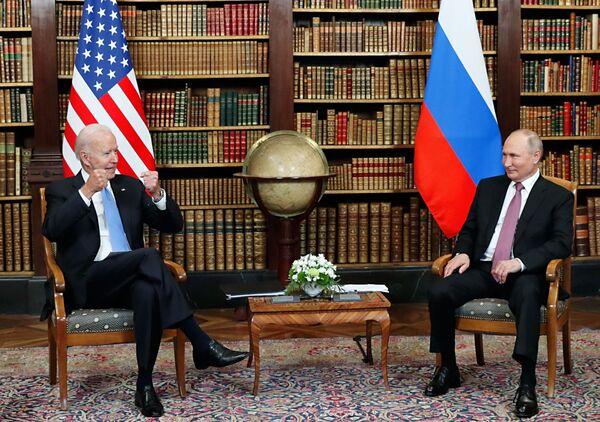 Los presidentes de Rusia y Estados Unidos, Vladimir Putin y Joe Biden, se reunieron en la villa La Grange de Ginebra.   - Sputnik Mundo