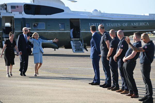 El presidente estadounidense Joe Biden y su esposa Jill en el aeropuerto de Heathrow tras la cumbre del G7, Londres, Reino Unido.   - Sputnik Mundo