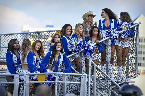 Las porristas del club deportivo estadounidense Dallas Cowboy observan la carrera en el Texas Motor Speedway, en Fort Worth, Texas, EEUU. - Sputnik Mundo
