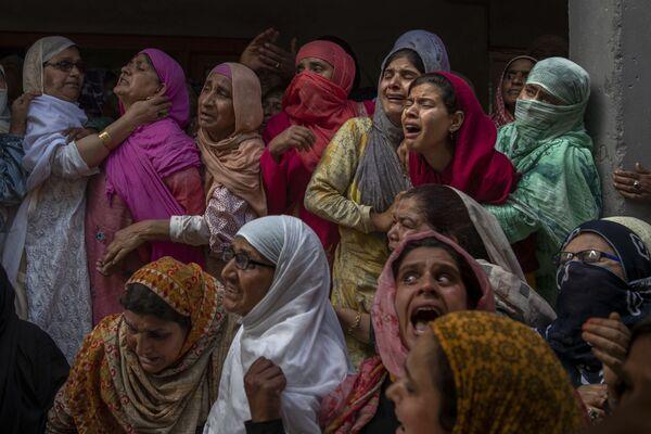 Familiares y vecinos lloran en el funeral de un policía asesinado en un tiroteo en las afueras de Srinagar, India. - Sputnik Mundo