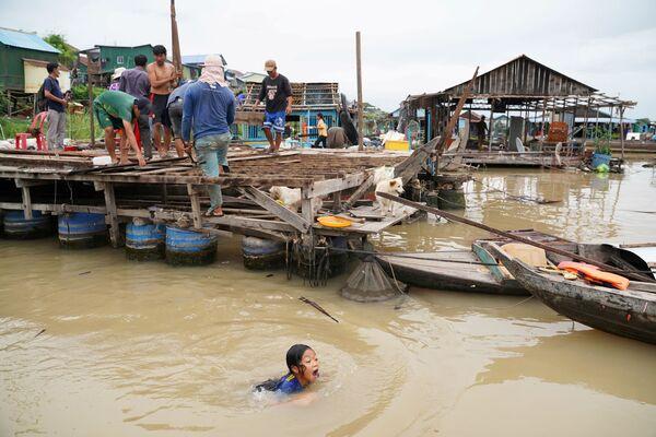 Los residentes de las casas flotantes en el río Tonle Sap, en Camboya, desmantelan sus hogares tras recibir un aviso de desalojo de las autoridades locales. - Sputnik Mundo