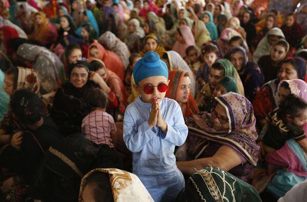 Un niño Sij junto a su madre durante una ceremonia en el Día del Martirio de Guru Arjan Dev Ji en Lahore, Pakistán. - Sputnik Mundo