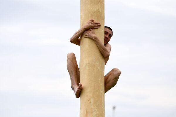 Un participante en la fiesta nacional tártara Sabantui en Nizhnekamsk, Rusia. Antiguamente, la fiesta del arado era celebrada por granjeros en las zonas rurales, pero con el tiempo se extendió hasta las ciudades. - Sputnik Mundo