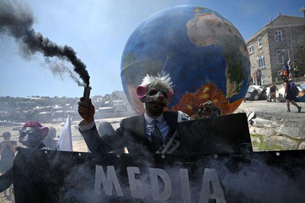 Los activistas medioambientales del grupo Rebelión contra la Extinción ('Extinction Rebellion')  continuaron con sus protestas en la calle en St Ives durante la Cumbre del G7. - Sputnik Mundo