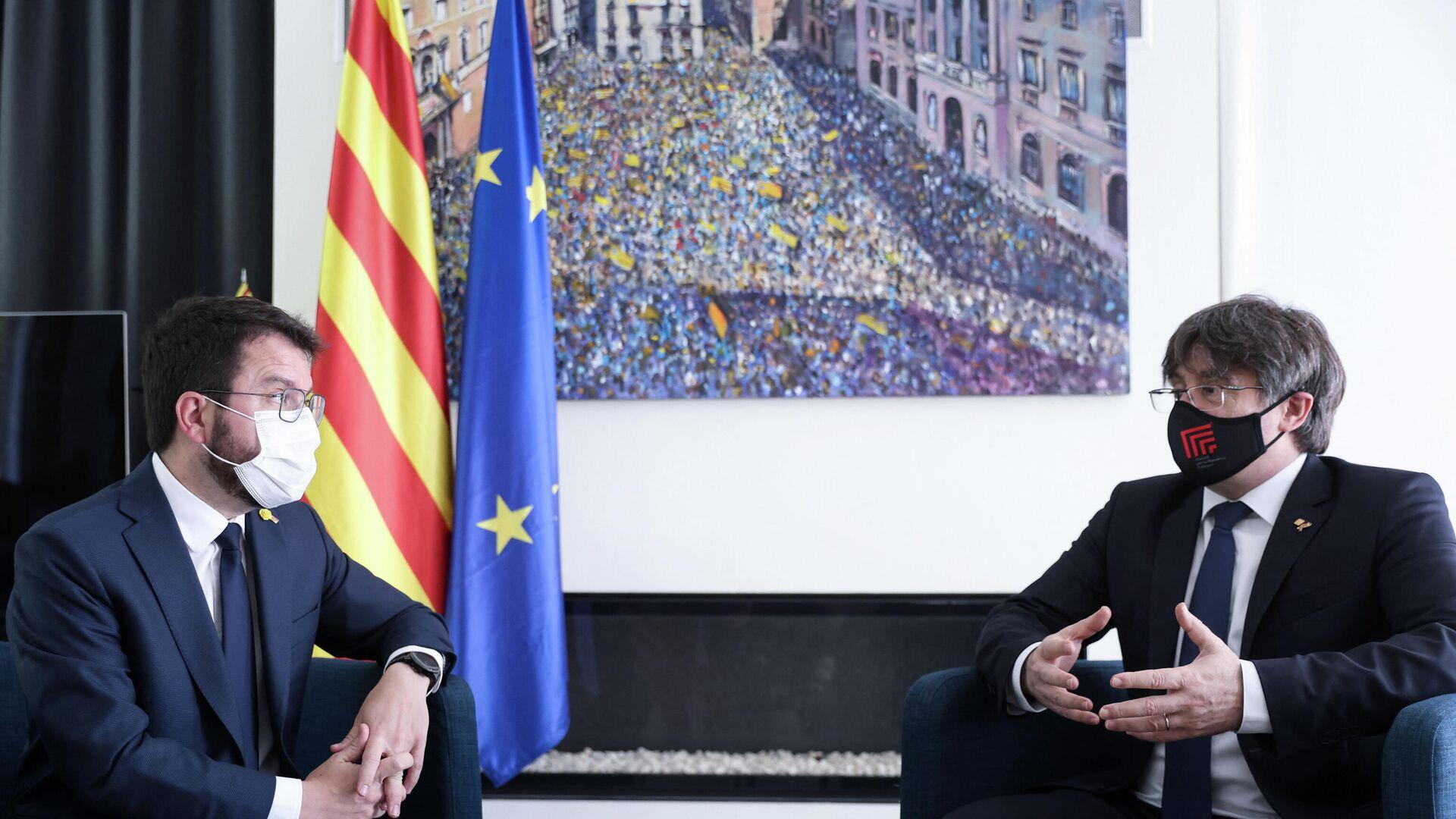 El presidente de la Generalitat de Cataluña, Pere Aragonès, y el expresidente catalán Carles Puigdemont - Sputnik Mundo, 1920, 18.06.2021