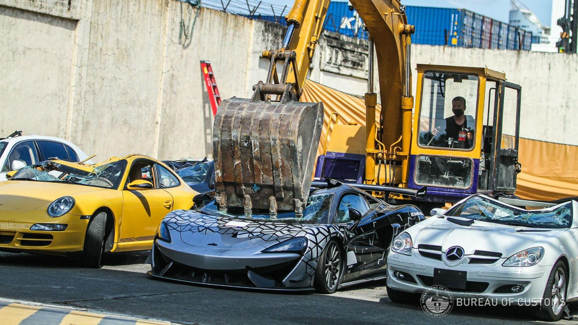 La Oficina de Aduanas de Filipinas destruye un McLaren 620R de contrabando - Sputnik Mundo, 1920, 20.06.2021
