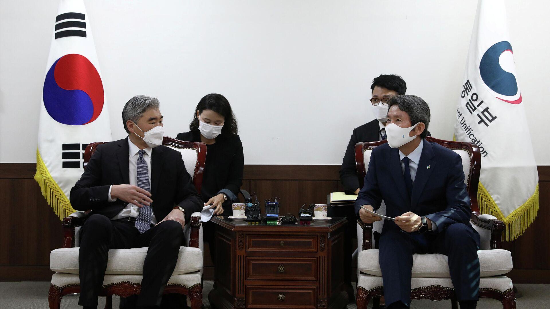 El ministro de Unificación de Corea del Sur, Lee In-young, y el enviado especial de Estados Unidos para Corea del Norte, Sung Kim - Sputnik Mundo, 1920, 22.06.2021