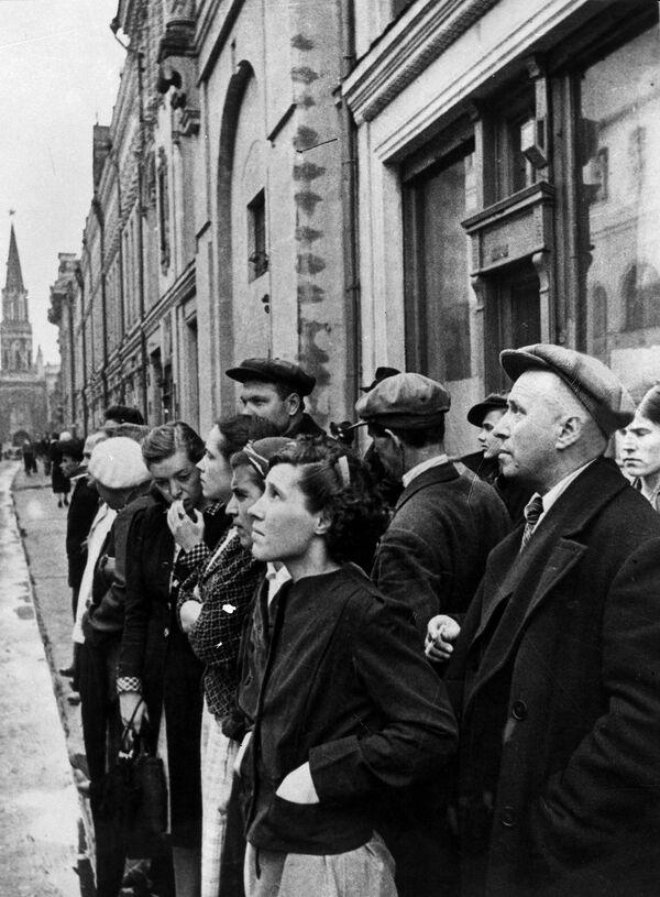 El 22 de junio al mediodía, todo el país escuchaba ya el mensaje radiofónico del entonces comisario de Asuntos Internos, Viacheslav Mólotov, sobre el ataque de Alemania.En la foto: los moscovitas escuchan el mensaje sobre la invasión nazi en la URSS, el 22 de junio de 1941. - Sputnik Mundo