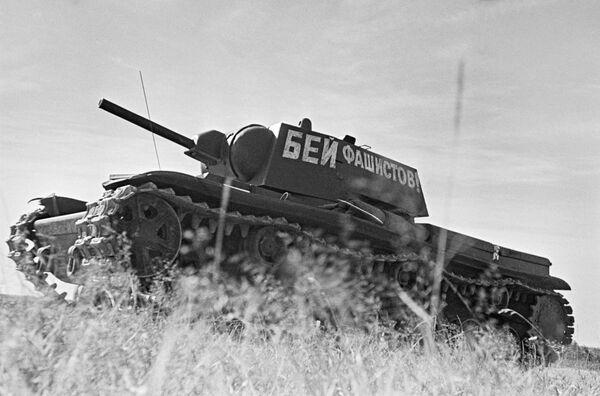 Una columna de tanques parte al frente. Moscú, junio de 1941. - Sputnik Mundo