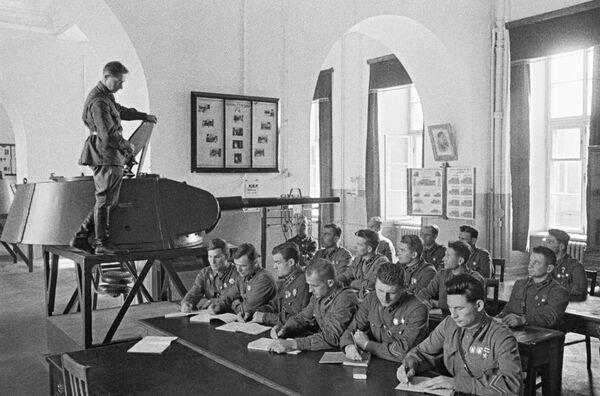 Según el plan de la Alemania nazi, que fue bautizado como Operación de Barbarroja, la guerra tendría que terminar antes de las lluvias de otoño, ya que el fango dificultaría su avance.En la foto: los graduados de una academia militar en Moscú en junio de 1941. - Sputnik Mundo