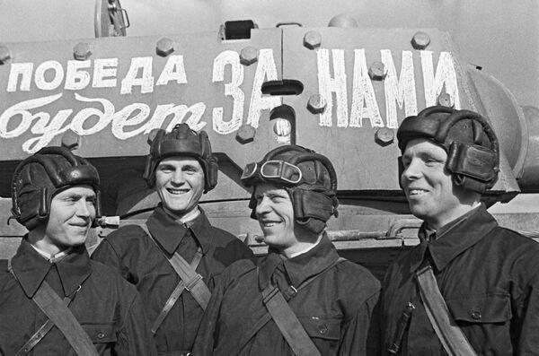 La feroz resistencia de las tropas soviéticas frustró el plan de los alemanes.En la foto: los graduados de una escuela militar en Moscú en junio de 1941. - Sputnik Mundo