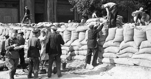 Para el pueblo soviético esta guerra se convirtió en una batalla por la libertad y la independencia.En la foto: las barricadas en las calles de Odesa el 1 de julio de 1941. - Sputnik Mundo