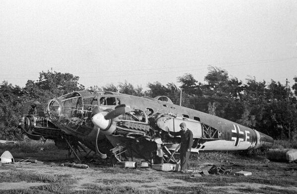 La guerra, dura y sangrienta, duró 1.418 días. Terminó el 9 de mayo de 1945 con la derrota completa de los nazis.En la foto: uno de los primeros aviones alemanes derribado cerca de Odesa, el 1 de julio de 1941. - Sputnik Mundo