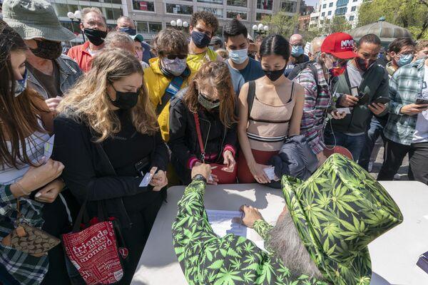 En Nueva York la gente que se vacunó en el metro recibe un bono de transporte. El 20 de abril, algunos activistas repartieron cigarrillos de marihuana en Manhattan a quienes pudieron demostrar que se habían vacunado. - Sputnik Mundo