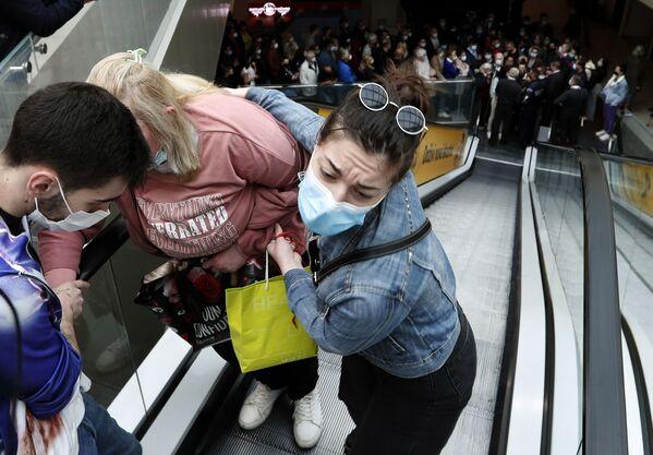En mayo, las autoridades serbias otorgaron a quienes se habían vacunado un certificado de 3.000 dinares (casi 31 dólares): solo los primeros 100 vacunados pudieron recibir estos bonos en un punto de vacunación en un centro comercial. - Sputnik Mundo