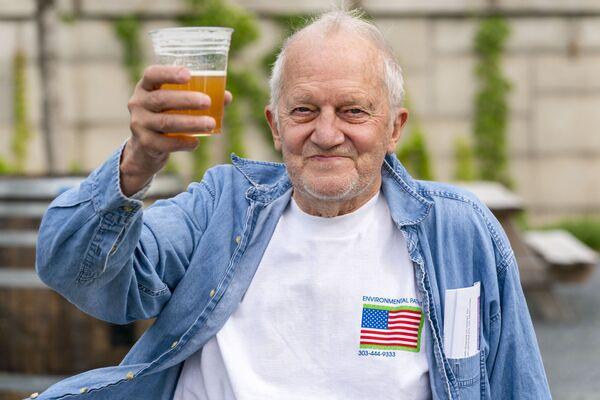 En mayo, a todos los habitantes de Washington mayores de 21 años que se habían vacunado con la primera dosis recibieron una cerveza gratis. - Sputnik Mundo