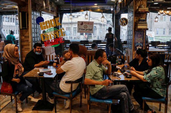 Algunas cafeterías de Bagdad ofrecen a los vacunados una taza de café gratis. - Sputnik Mundo