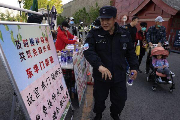 En China, que superó con éxito la pandemia, muchas personas no ven ningún sentido en ponerse la vacuna. Para estimular la campaña de vacunación, las autoridades regalan alimentos o vales de descuento. - Sputnik Mundo